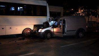 Kontrolden çıkan otomobil otobüse çarptı