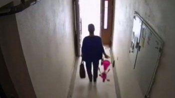 Küçük kız çocuğunun bisikletini çalan hırsız kamerada