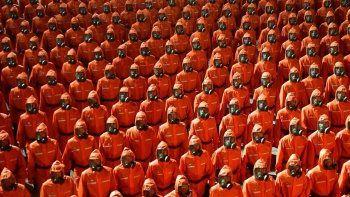 Kuzey Kore'den yine ilginç görüntüler: Geçit töreninde tehlikeli madde giysili askerler
