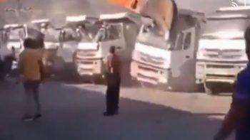 Parasını alamayan operatör kepçesiyle kamyonları parçaladı
