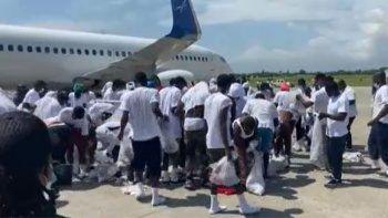 Sınır dışı edilen Haitililer yeniden Teksas uçağına binmeye çalıştı