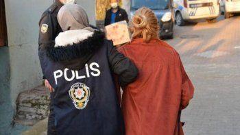 Şüpheli kadının çantasından çıkanlar polisleri şaşkına çevirdi