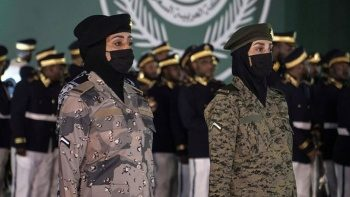 Suudi Arabistan'da bir ilk: Kadın askerler geçit törenine katıldı