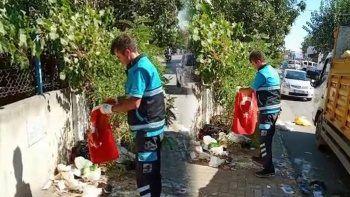 Temizlik işçisinin Türk bayrağı hassasiyeti herkesi duygulandırdı