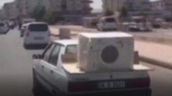 Trafikte tehlikeli nakliyat: Otomobil üstünde çamaşır makinesi taşıdı