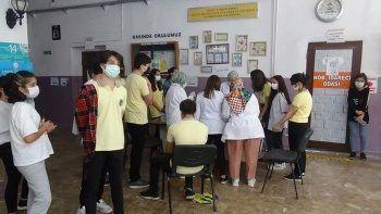 Öğrenciler aşı olmak için sıraya girdi