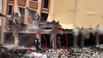 Yıkılan binanın altında kalmaktan son anda kurtuldular
