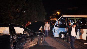 Yolcu minibüsü AK Partili yöneticinin aracı ile çarpıştı: 2'si çocuk 8 yaralı