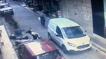 Yolda yürüyen kadın geri manevra yapan aracın altında kaldı