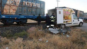 Yük treni ekmek servisi yapan kamyonete çarptı