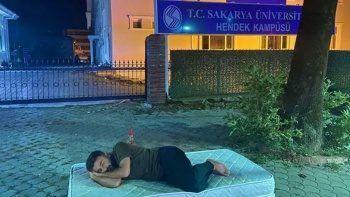 Yurt ve kiralık ev fiyatlarını protesto eden öğrenci kampüse yatak attı