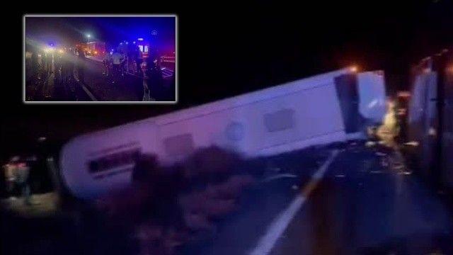 Son dakika! Öğrencileri taşıyan iki otobüsten biri devrildi: Çok sayıda yaralı var