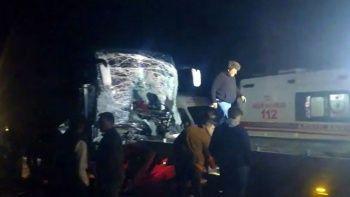 Afyonkarahisar'da otobüs tıra çarptı