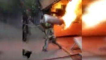 Alev alev yanan tüpü sırtına alıp çıkardı!