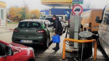 Almanların benzin çilesi! Çekya'da kuyruğa girdiler