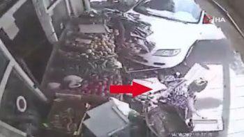 Araba çarpan kadın yerden kalkıp sebze seçmeye devam etti
