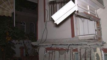 Dairenin balkonu çöktü: Bina tahliye edildi