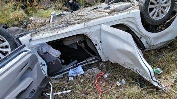 Dereye devrilen otomobilde iki kişi öldü