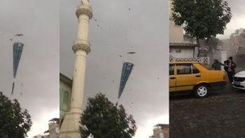 Fırtınada yıkılan minarenin altında kalmaktan kıl payı kurtuldular