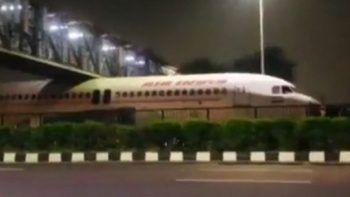 Hindistan'da akılalmaz olay: Yolcu uçağı köprü altına sıkıştı