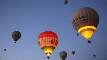 İsrail'de sıcak hava balonundan düşen kişi otomobilin üzerine çakıldı