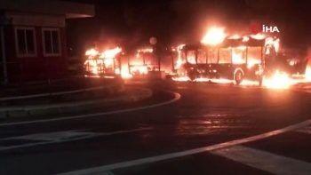 İtalya'da bir garajda 30 otobüs küle döndü