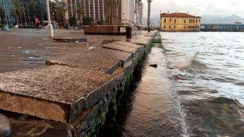 İzmir'deki fırtına beton blokları yerinden söktü