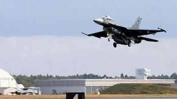 Japonya'da savaş uçağının kokpit camı düştü