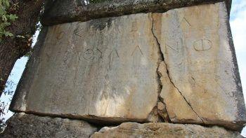 Köyün ortasındaki 2 bin yıllık lahidin yazıları şaşırtıyor