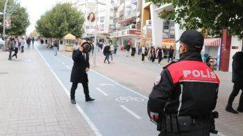Maskesiz vatandaş polisi görünce yüzünü şapkayla kapattı