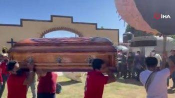 Meksika'da yine müzikli danslı havai fişekli cenaze töreni
