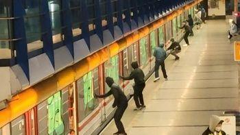 Metroya sprey boyalı saldırı: Önce engellediler sonra boyadılar