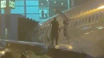 Miami'de bir garip olay: Uçak inince kanadına çıktı gözaltına alındı