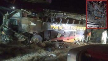 Pakistan'da feci kaza: Yolcu otobüsü üst geçitten düştü