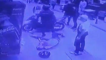 Polisten kaçan motosikletliyi tekmeyle yere serdi