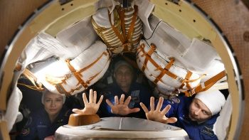 Sinema tarihinde ilk: Uzayda film çekecek ekip yola çıktı