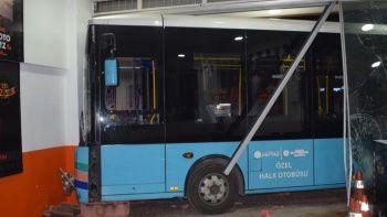 Sürücüsü kalp krizi geçiren otobüs dükkana daldı