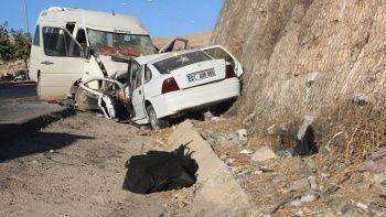 Tarım işçilerini taşıyan minibüs kaza yaptı: Ölü ve yaralılar var