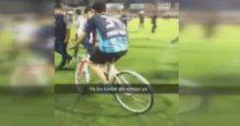 Bisikletli taraftar herkesi şaşkına çevirdi