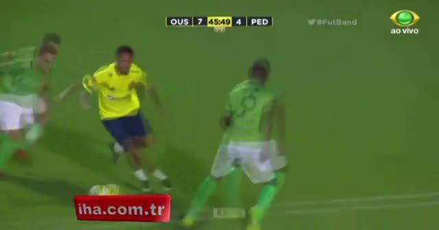 Neymar'ın rakibi, çalım atmaması sahada diz çöküp yalvardı