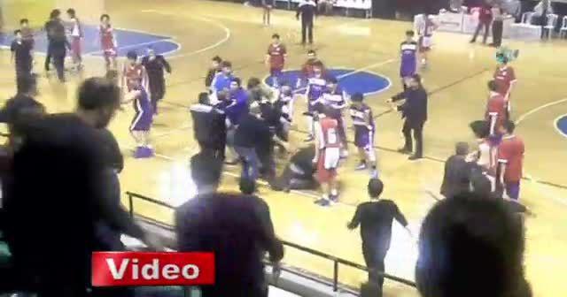 Basketbol maçında yumruklu tekmeli kavga