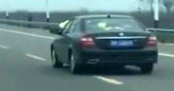 Polis memuru kaçan aracın üstünde kaldı