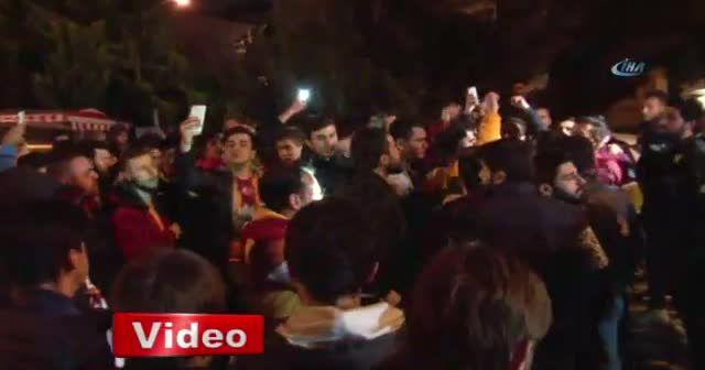 Galatasaray taraftarları, Florya'da yönetim ve futbolcuları protesto etti
