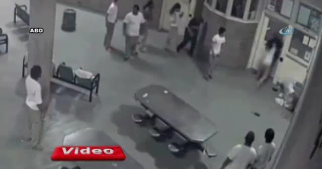 Mahkumların saldırdığı polisler canını zor kurtardı