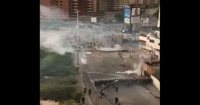 Venezuela'da protestocular polisleri böyle vurdu