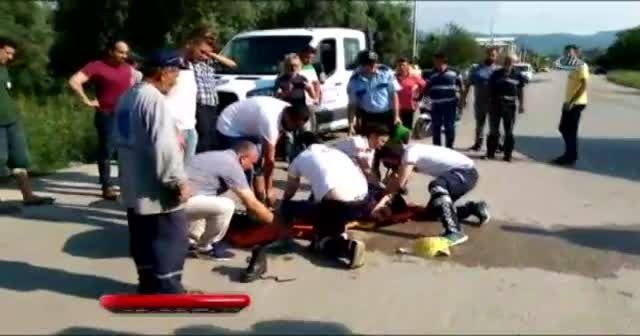 Motosiklet sürücüsü kız kamyonetin altında kaldı