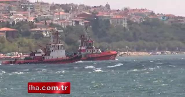 Türk Akımı boru hattı inşaatına boruları indiren şantiye gemisi İstanbul Boğazı'ndan geçti