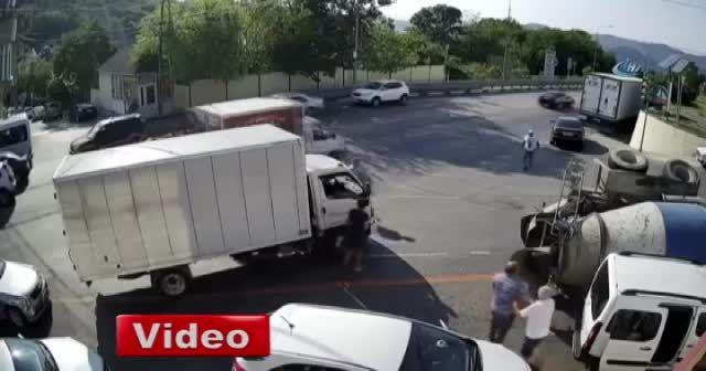 Rusya'da beton mikseri devrildi, faciadan dönüldü