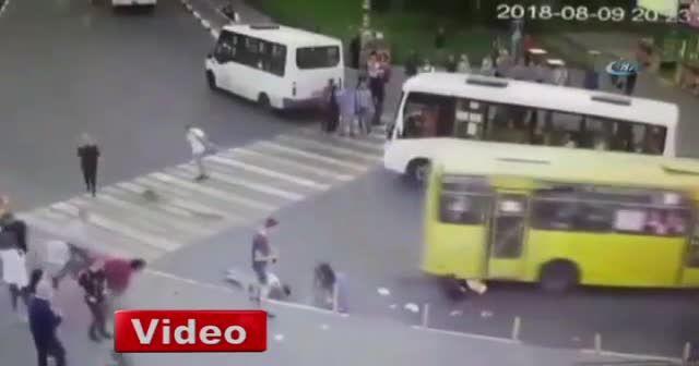 Rusya'da vatandaşlar iki otobüsün arasında sıkıştı