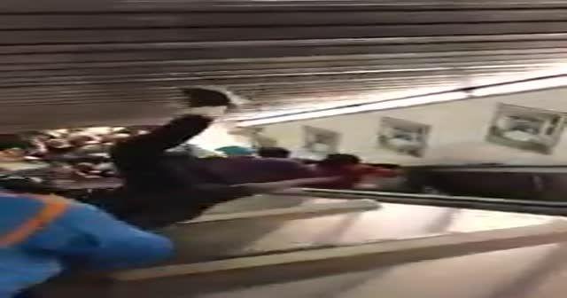 İşte CSKA Moskovalı taraftarların yürüyen merdivende yaşadığı kaza!